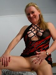 This mature slut loves to play with herself