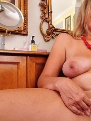 This naughty USA housewife loves to play with herself