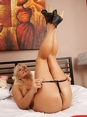 Blonde mature slut playing with her pussy